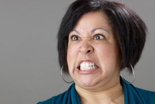 Mujer enojadad por comprar casa con otra familia