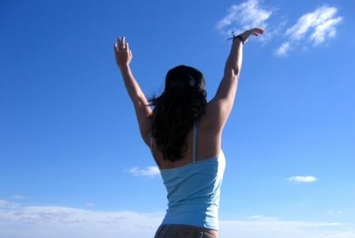 Persona con manos en alto, libre, independencia