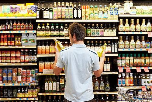 Comprador en el supermercado escojiendo