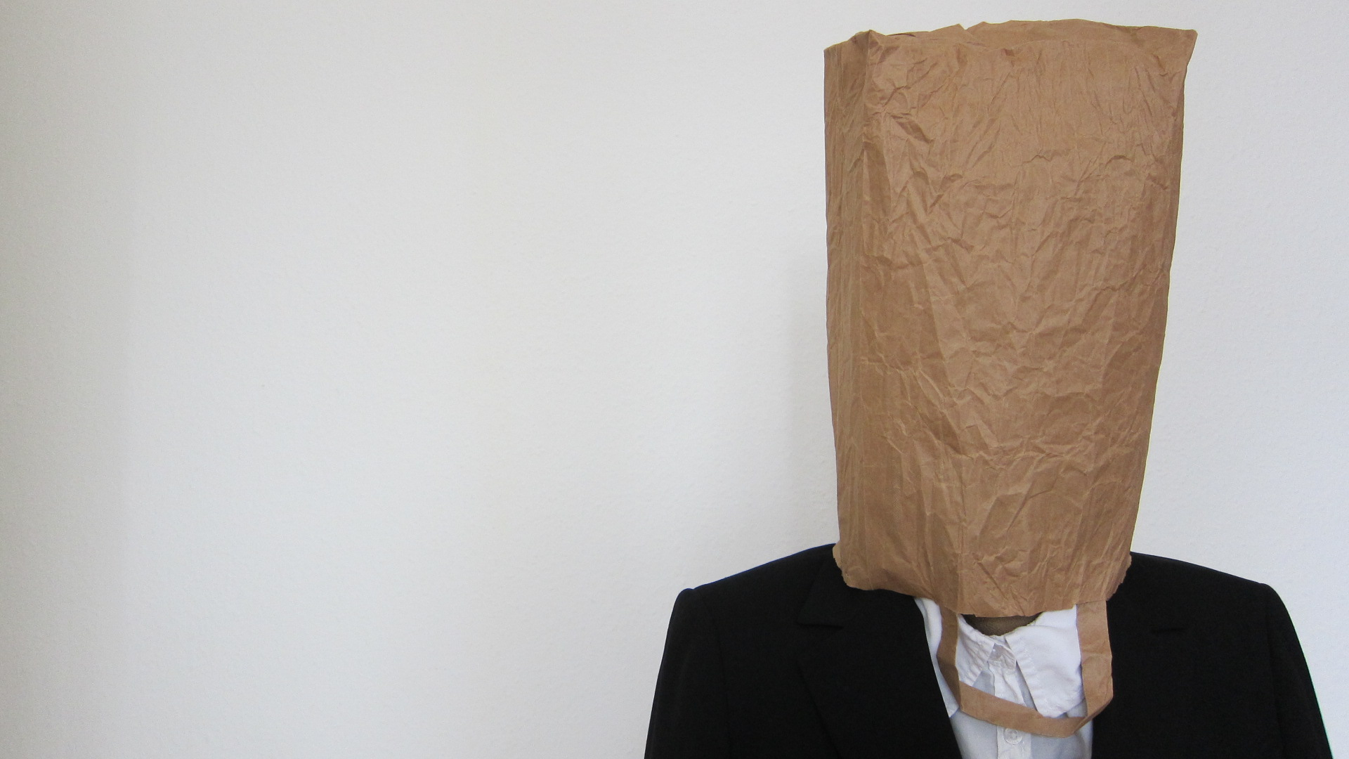 Persona con bolsa en la cabeza Cobarde