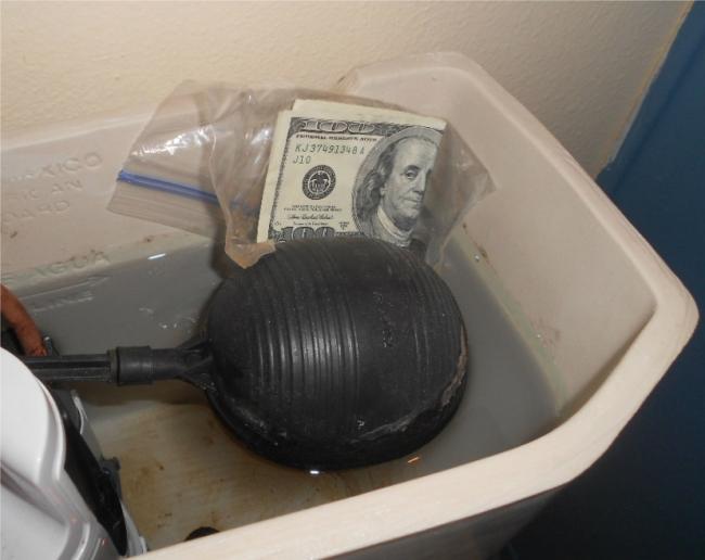 Infidelidad dinero escondido en el trono inodoro